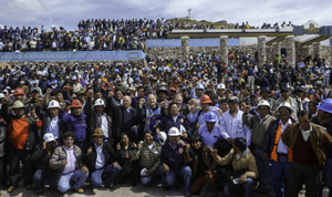 De Soto and miners in Juliaca, Peru, 16 March 2015